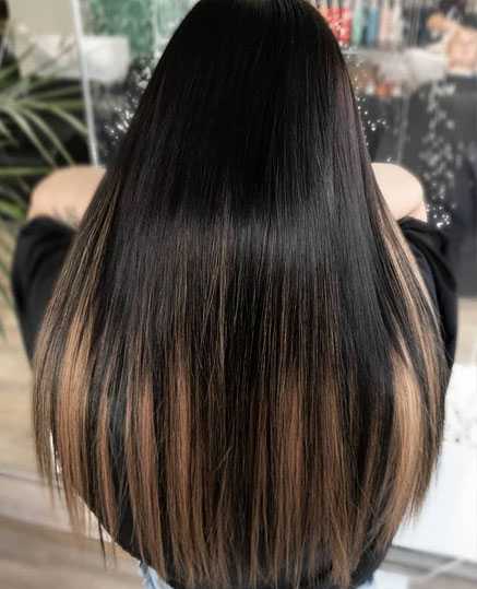 Liukuvärjätyt teippipidennykset mustiin hiuksiin