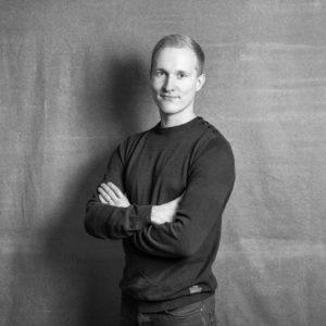 Parturi-kampaaja Mikko Jyväskylän Kuokkalassa. Myös amerikkalainen parranajo.