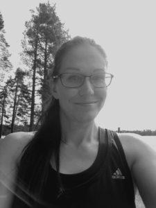 Parturi-kampaaja sekä ekokaampaaja Tytti Jyväskylän Kuokkalassa. Myös päänmyötäiset letit.