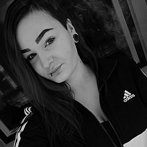 Oppilaskampaamon Emmi E. työskentelee Jyväskylän Kauppakadulla.