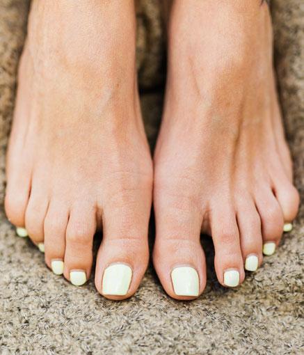 Kosmetologin tekemää jalkahoitoa saatavilla Studio AK:lta.