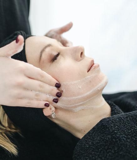Kosmetologimme palveluihin kuuluvat erilaiset kasvohoidot.