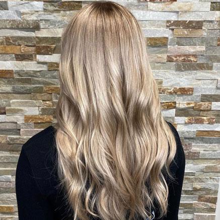Hiekkaisen sävyinen tukka.