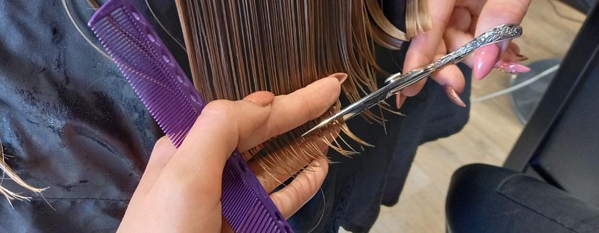 Muuttumisleikkiin kuului esimerkiksi hiustenleikkaus.