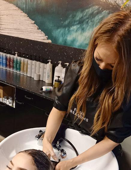 Hiustenpesu on yksi tapa rentoutua Studio AK:lla.