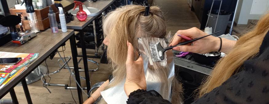 Hiusten värjäys oli yksi osa muuttumisleikkiä.