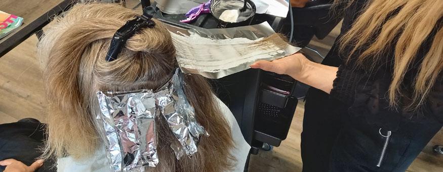 Muuttumisleikin aikana hiuksiin tehtiin raitoja.
