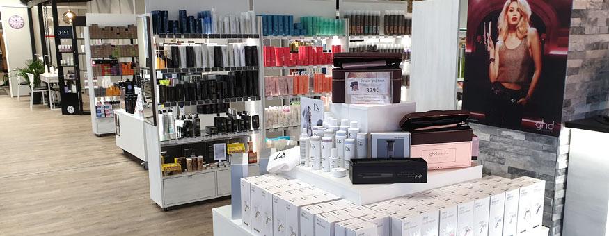 Monipuoliset hiustuotteet kampaamokaupan puolelta