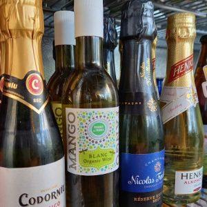 Studio AK Kauppakadulta saat myös kuohuviiniä ja shampanjaa.