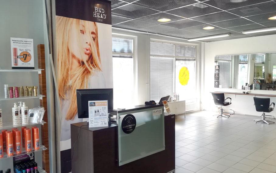 Studio AK Kuokkalan liikkeestä saat parturi-kampaamopalveluiden lisäksi myös hierojan, ripsiteknikon ja kosmetologin palveluita.