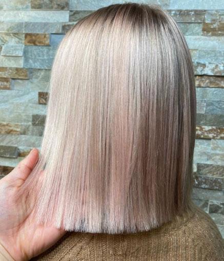 Mansikkablondi muistuttaa lämpimän vaaleita hiuksia.