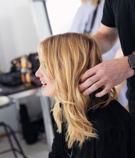 Nuwave-lainekäsittely on tehty vaaleille hiuksille.
