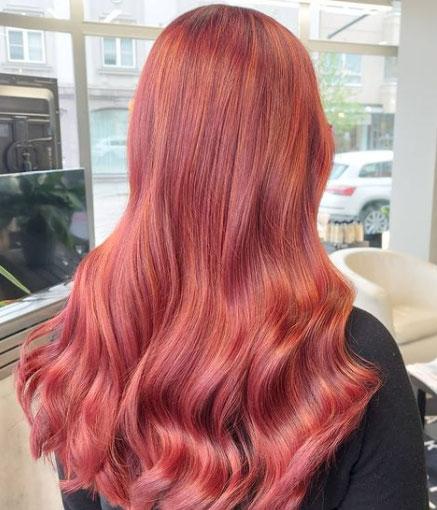 Punaiset hiukset kuparin värisellä raidalla.