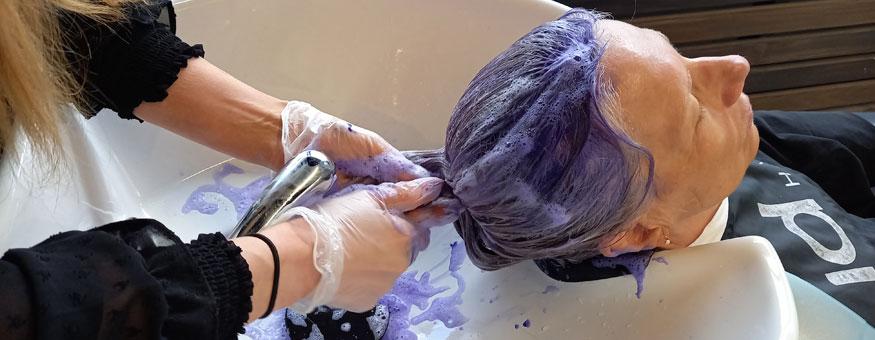 Tukka pestiin ja sävytettiin.