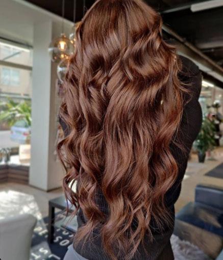 Suklaanruskea tukka on yksi suosituista sävyistä.