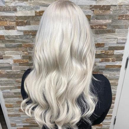Viileän vaalean sävyinen tukka.